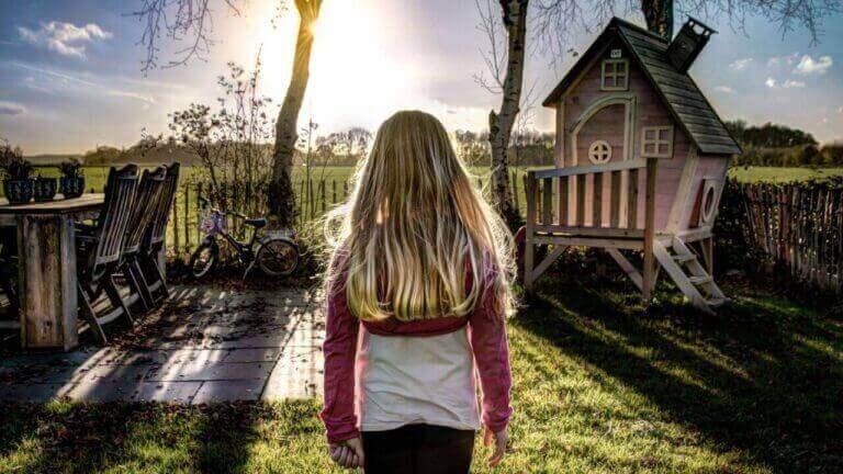 Pige i have med lyserødt legehus